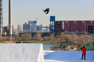 Zoi Sadowski-Synnott Through to Finals at Air + Style Snowboard World Cup